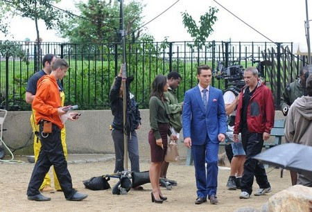 Ed-Westwick-Chace-Crawford-and-Penn-Badgley-film-Gossip-Girl-at-Carl-Schurz-Park-dog-run-ed-westwick-24593439-594-404.jpg